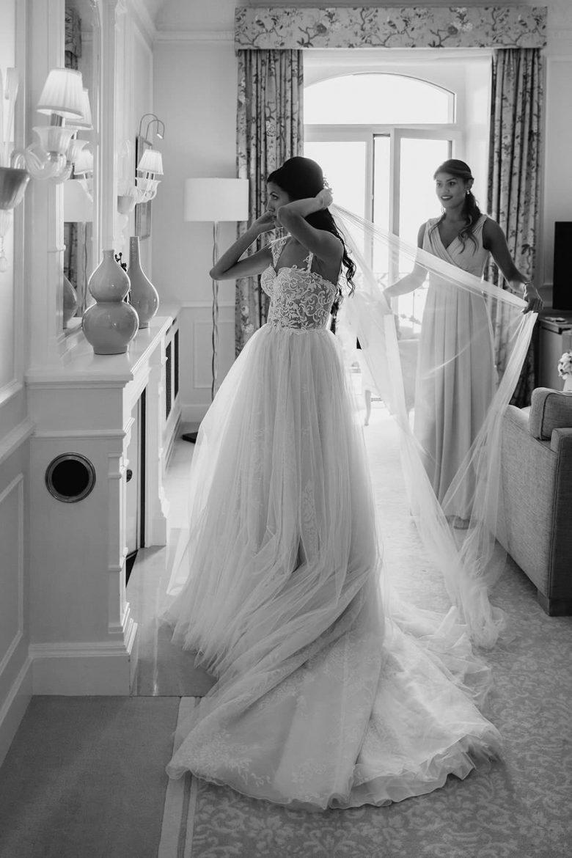 Une mariée se regarde dans un mirroir elle à une magnifique robe riki dalal