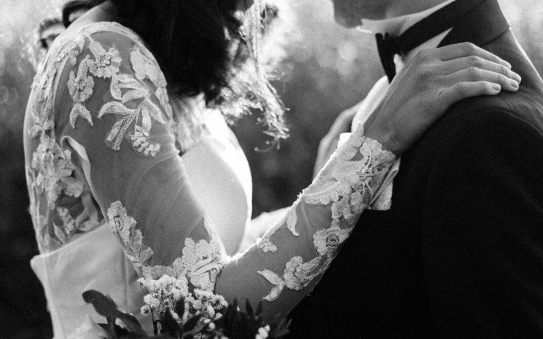 des mariés se tiennent par la taille