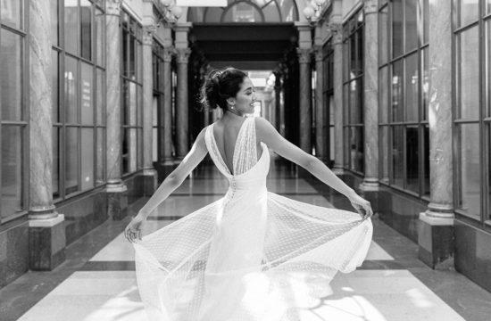 une mariée fait voler sa robe de mariée