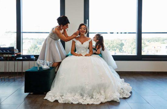 une mariée assise se prépare avec sa mère et sa petite fille