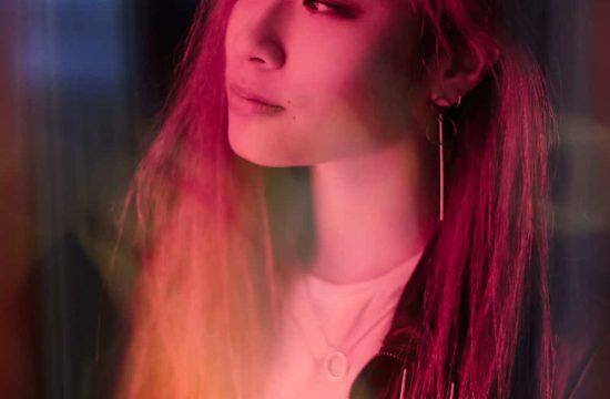jeune femme asiatique avec néons rouges