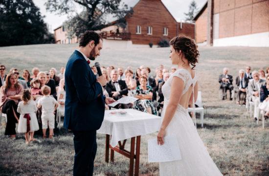 discours des mariés lors d'une cérémonie laïque champêtre