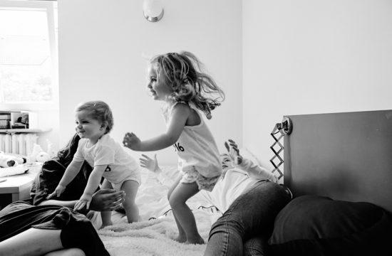 jeu sur un lit en famille