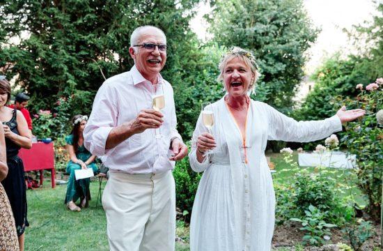des mariés boivent du champagne
