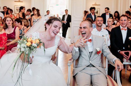 les mariés assis sur leur fauteuils à la mairie partent en fou rire