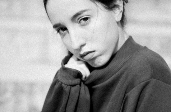 portrait d'une jeune femme de trois-quart