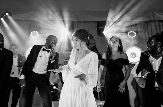 une mariée sur l'estrade d'un groupe de musique