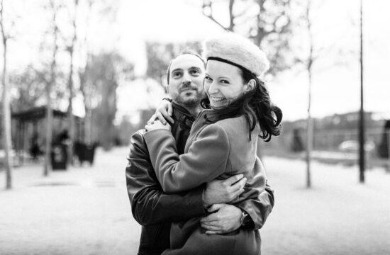 une femme saute dans les bras d'un homme lors d'une séance d'engagement avant le mariage